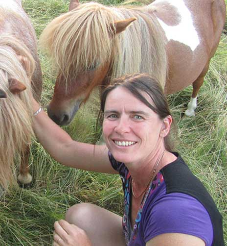 L'intervenante en médiation animale caresse les poneys